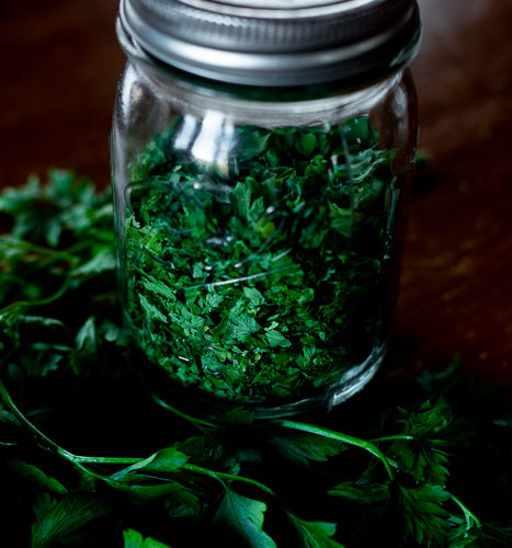 A bundle of healthy fresh parsley and a jar of dried parsley